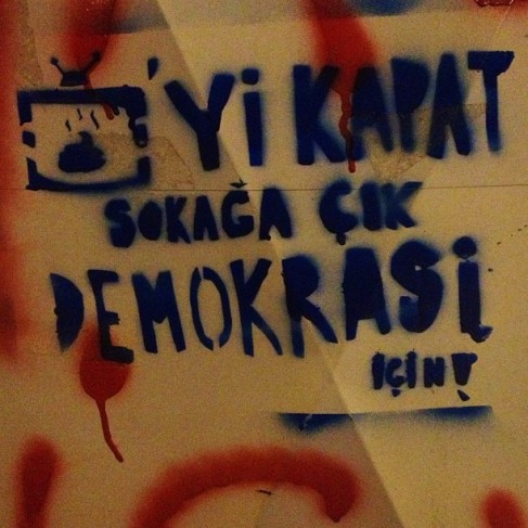 Apaga la tele y sal a la calle por la democracia