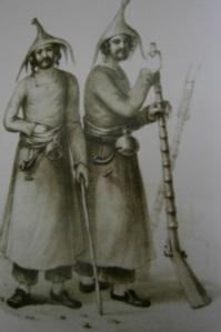 Esta fotografía es del S XIX, y muestra la vestimenta tradicional de los hombres yezidis de Mardin. La extraje de un libro acerca de la historia de la ciudad, escrito en turco, facilitado por mi amigo Metin Ezilmez, asirio de Mardin.