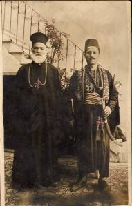 Sacerdote Siriano Ortodoxo y guardaespaldas. Foto Familiar. Aproximadamente 1920.